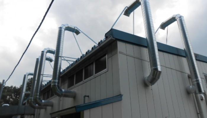 有機溶剤用排気ダクト排気口を屋根上より1.5m立ち上げて設置。支持金物もしっかりと固定しており台風にも問題ありません。