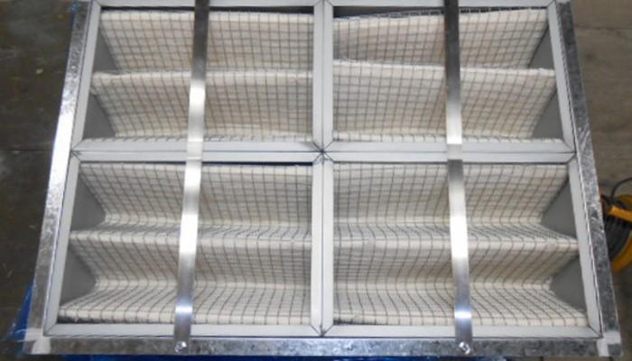 フィルターBOX製作(自然給気用)工場内に空気を取り入れるために、外壁を開口しフィルターを取付します。