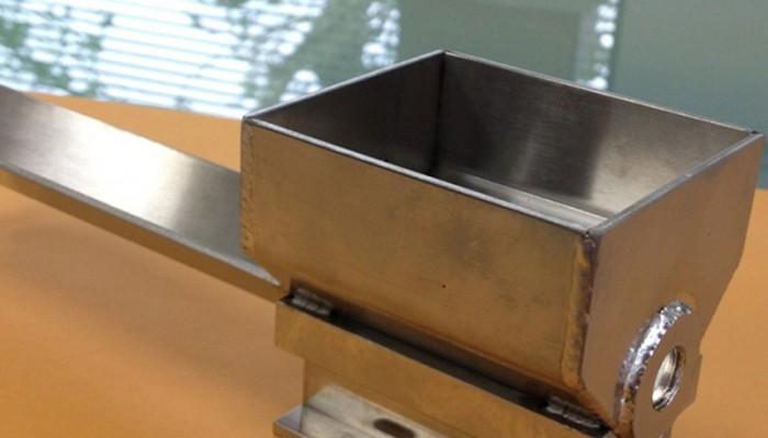 シューター製作設備に取付ける製品です。製品の回収を行います。