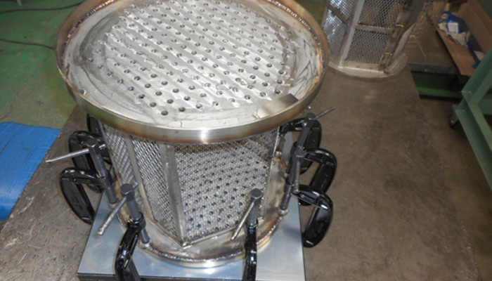 ステンレスバスケット 製品をバスケットの中に入れるケースです。溶接の歪みを取りながら製作します。