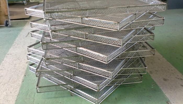 ステンレス製網カゴ製品を乾燥させるための製品です。丸棒の枠に網を溶接構造で製作しました。