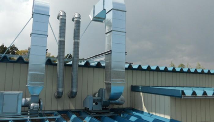 排気ダクト3屋根上に排気ファンを設置し、ダクトを施工しました。