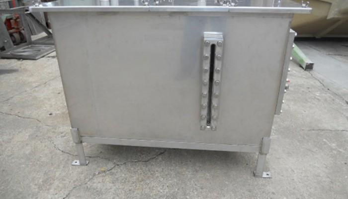 ステンレス製タンク製作洗浄するためのタンクです。ガラス製の覗き窓を取付け、液面を確認することができます。