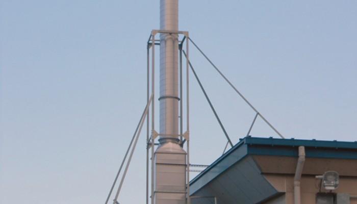 煙突工事ダクトの排気を高い位置にするために煙突を取付けました。アングルで架台をしっかりと施工しました。