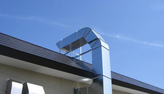 排気ダクト1熱源のある設備用排気ダクトです。雪の多い地域のため、屋根上でがっちりと固定しました。