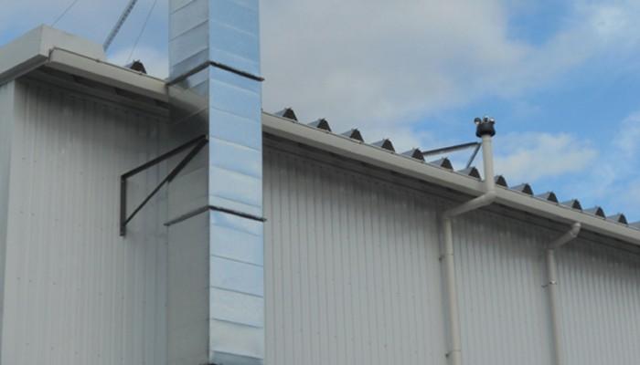 排気ダクト4塗装ブース用排気ダクト。屋根までの高さが10mほどあり、高所作業車とクレーンを使用して施工しました。