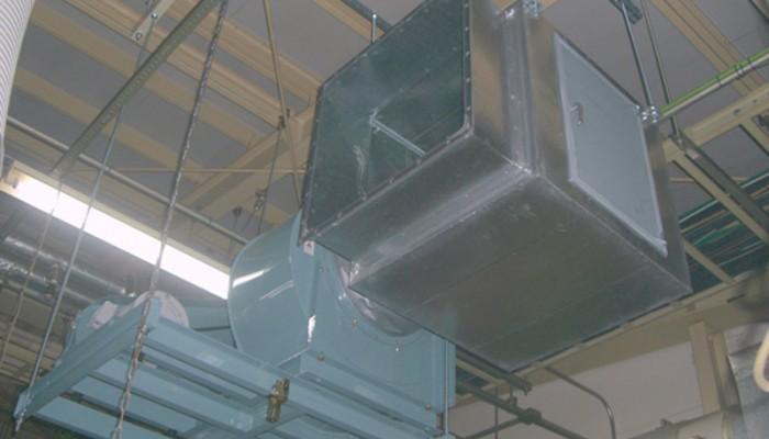 排気ファン設置(工場内天吊)梁から支持ボルトを吊り防振対策を施して確実に取付けしました。