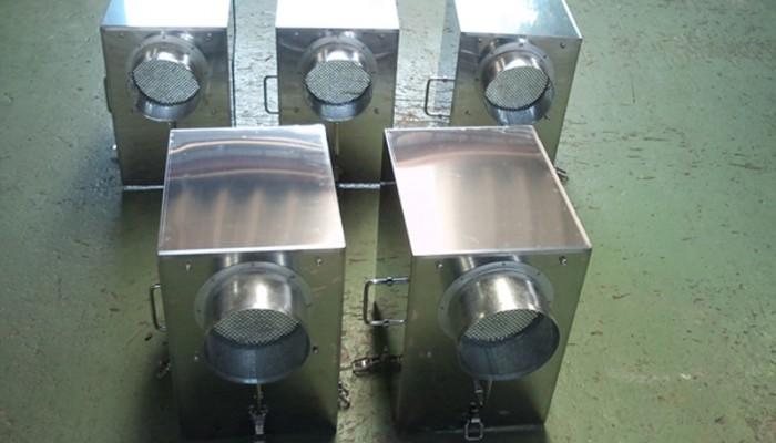 BOX製作1粉塵が発生する設備にBOXを取付けし、飛散防止を図るための製品です。排気口より粉塵を回収します。