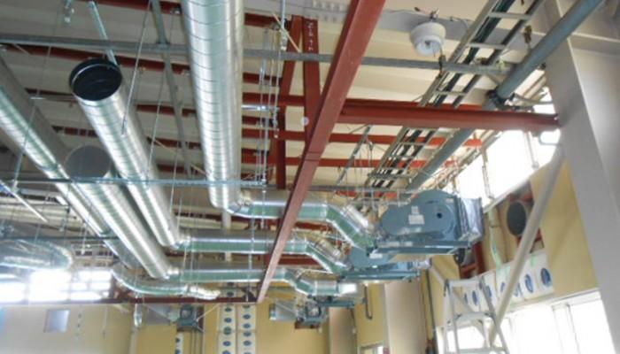 排気ファン・排気ダクト工事中設備が入ってくる前にルートを確認して施工中です。設備設置後にダクトを接続して完了となります。
