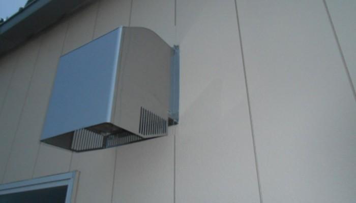 フード取付(換気扇用)市販品フード取付。壁面に合わせて取付方法も検討いたします。