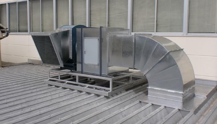 排気ファン設置(屋根・据置)屋根に架台を固定しファン、BOXを設置しました。屋根に振動が伝わらないよう防振対策も行っております。