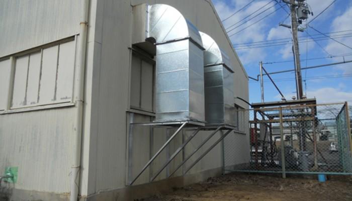 排気ダクト2コンプレッサーの排気を外部に排気するためのダクトです。壁から支持を出して設置しました。
