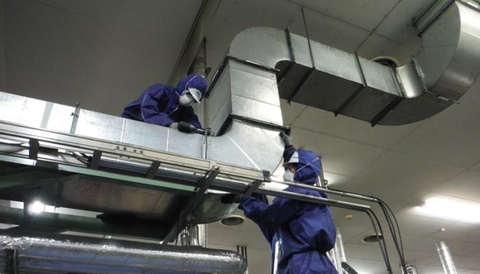ダクト内部点検後、蓄積物が多い場合には解体し内部の蓄積物を撤去、清掃、ダクト復旧工事を行います。