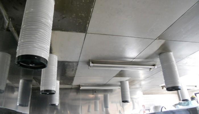 厨房空調工事厨房内の仕事を快適にするよう、保温付硬質フレキでエアコンの吹出し口を設置しました。