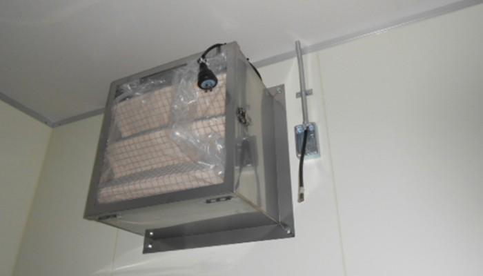 フィルター取付(給気用)クリーンルーム内に給気するために有圧扇にフィルターBOXを取付けました。フィルターを通すことでホコリが入ってくることを防止します。