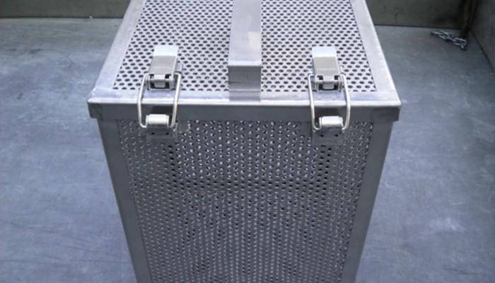 ステンレス製洗浄カゴ2 製品を入れて洗浄するためのカゴです。パンチングを使用することで、洗浄と乾燥が可能になりました。