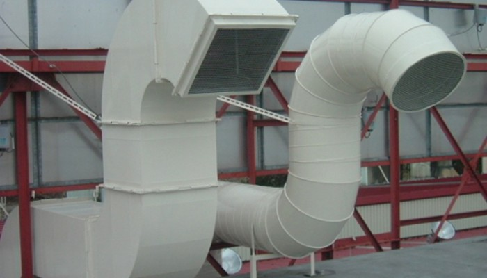 排気ダクト屋根上に排気しています。スパイラルダクト・矩形ダクト・亜鉛メッキに塗装。