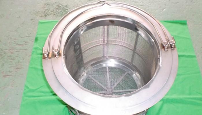 ステンレス製ストレーナー1 食品を油で揚げるために使用します。二重で使用する製品です。