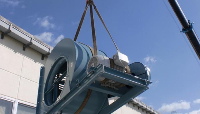 排気ファン設置大型のファンはクレーンで荷揚げをし、安全な作業を行います。