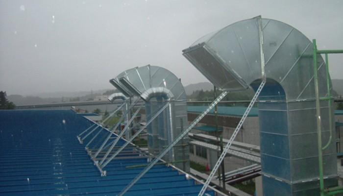 排気ダクト6屋根から支持をとり施工しました。高所のため、足場を設置しての工事です。