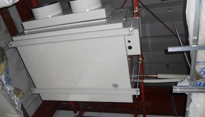 空調器取付(天吊型)天井を開口し空調機を吊込みました。落下防止対策も施し確実な取付けを行いました。