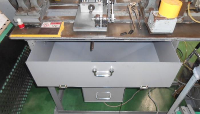 シューター製作取付手動旋盤機の下部に削りカスを回収する為に設置しました。効率良く回収出来き清掃も簡単になりました。