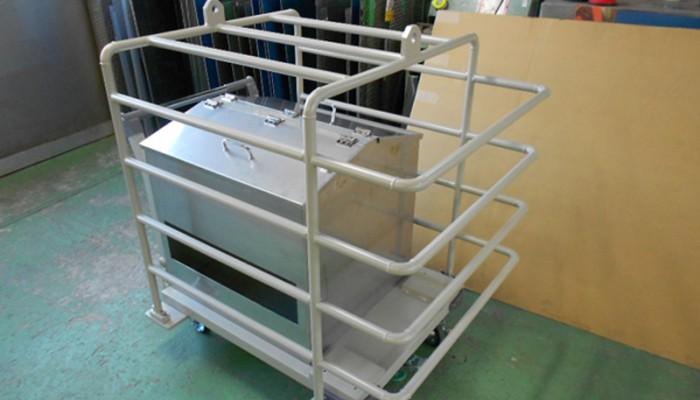 装置移動台車クレーン移動に使用するため、パイプでガードする構造にしました。