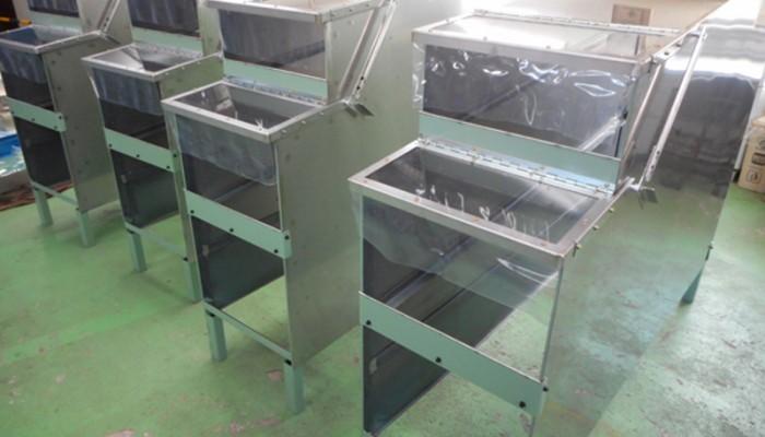 製品棚加工中の製品を次の工程に移動するための棚を製作しました。コンベアを設置し、前から投入した製品を後ろより取り出します。
