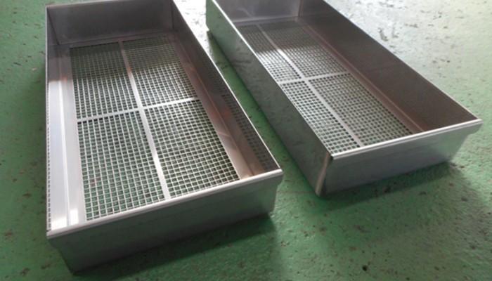 ステンレス製パンチングカゴ製品を冷却するためのカゴです。カゴ内に製品を置き、下側より冷却ファンで送風します。