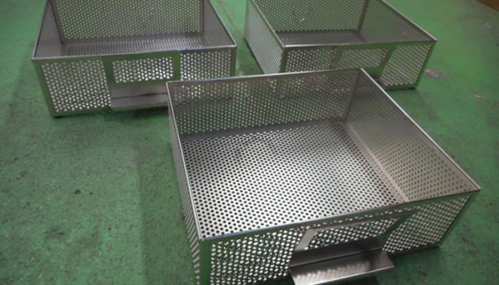 鉄・メッキ製パンチングカゴ製品を一時置きするためのカゴです。棚への出し入れが容易な取っ手を付けました。構造も検討いたします。